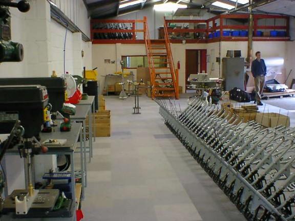 Сборка Strida 2 на фабрике в Великобритании
