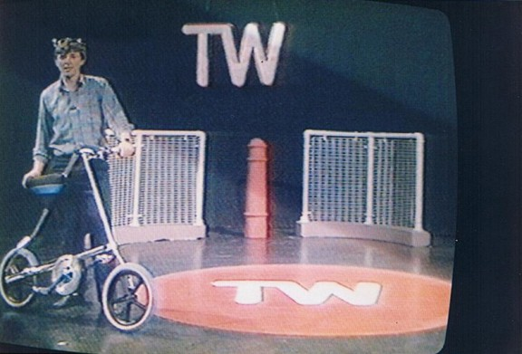 Марк Сандерс со своей «Стридой» на телеканале BBC